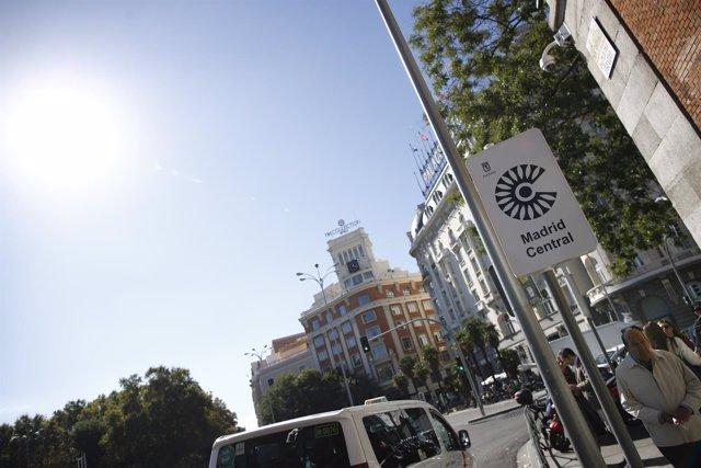 Fotos recursos de carteles de Madrid Central y de líneas naranjas de la nueva or