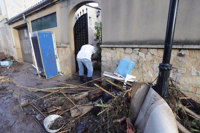 Persona recoge desperfectos en su casa en Sant Llorenç