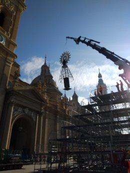 Grúas TADI eleva la imagen de la virgen del Pilar para la ofrenda