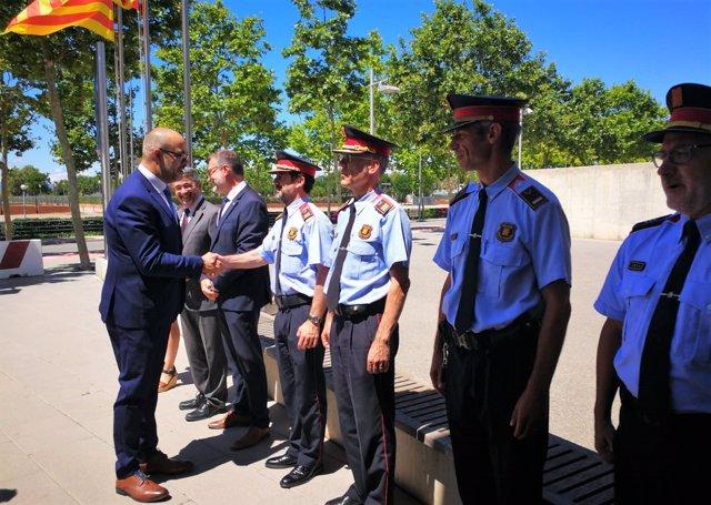 El conseller Miquel Buch saluda al comisario de los Mossos Ferran López