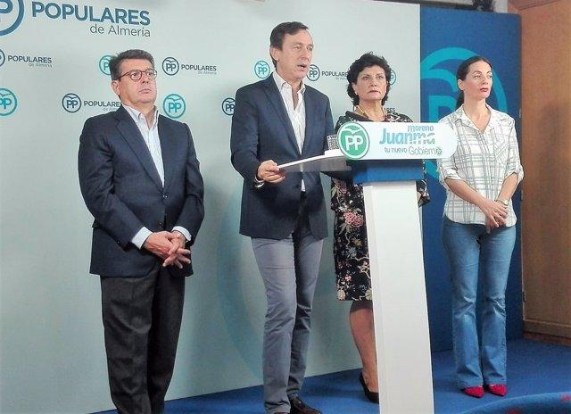 Frente al atril, el diputado del PP Rafael Hernando
