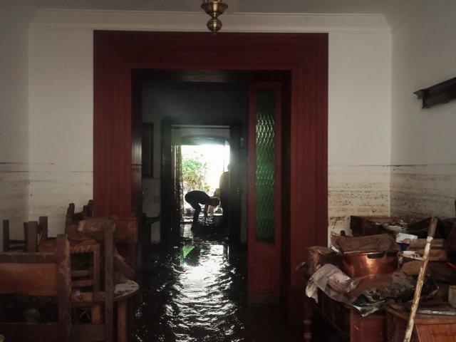 Un vecino achica agua en su casa en Sant Llorenç tras las inundaciones
