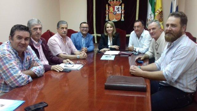 Manuela Parralo se reúne con la coordinadora 'Salvemos las playas de Huelva'.