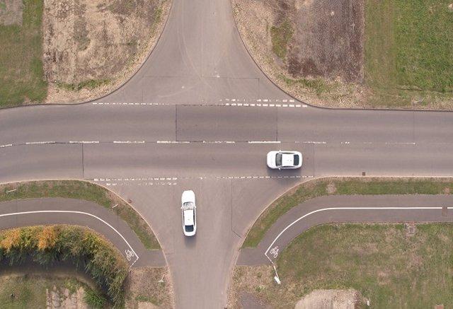Dos coches se cruzan en una intersección