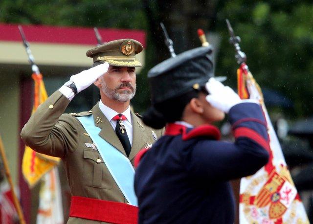 El Rei durant la desfilada militar del 12 d'Octubre