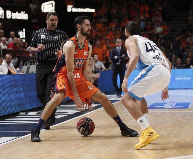 Joan Sastre (Valencia Basket Club) Pepe Pozas (Monbus Obradoiro)
