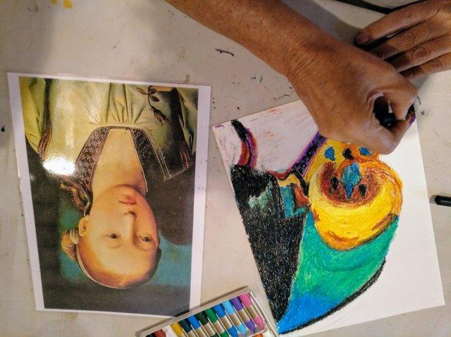 Una persona pintando