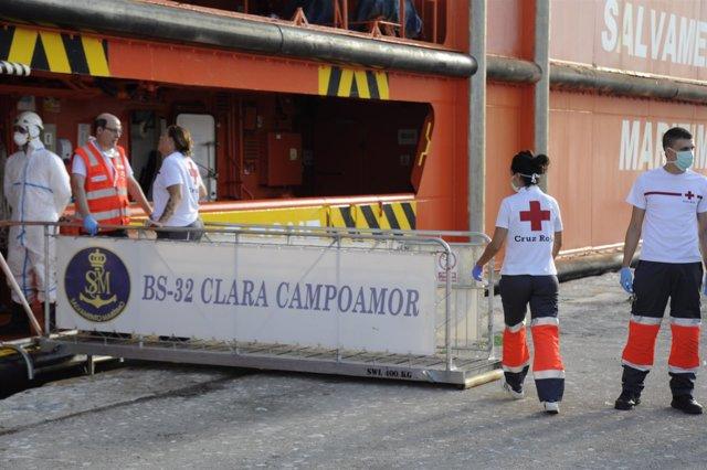 Cruz Roja atiende a inmigrantes llegados en patera