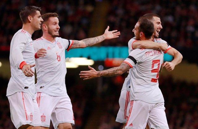 La selección española gana a Gales en Cardiff con doblete de Alcácer