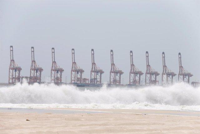Fuertes olas regisrtadas en una playa de Salalah, en Omán.
