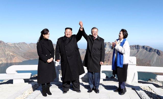 Kim Jong Un y Moon Jae In en el monte Paektu