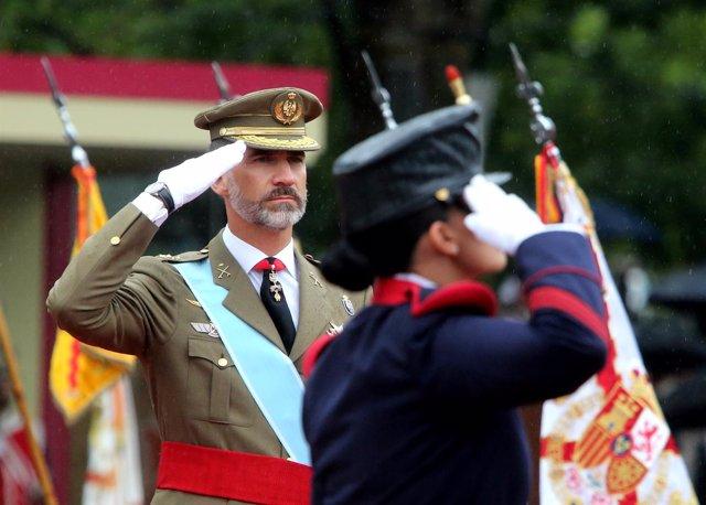 El Rey durante el desfile militar del 12 de Octubre