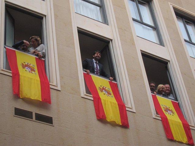López Miras, en el centro, despliega la bandera