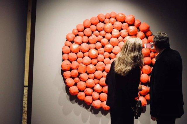 Dos visitantes contemplan una obra en el Museo Vostell Malpartida