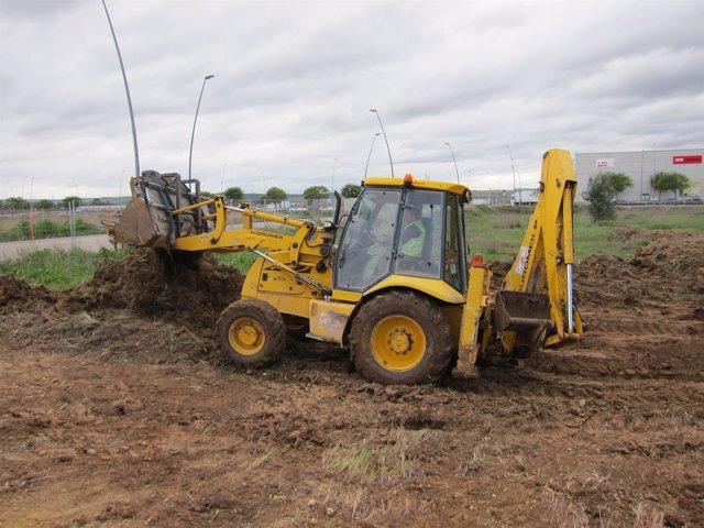 Un trabajador con una excavadora en una obra