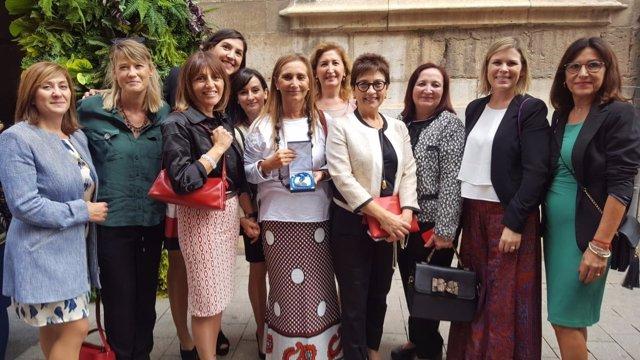 La presidenta de EVAP con la junta directiva, con el galardón del 9 Oct