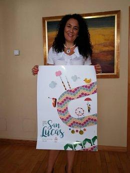 Isabel Azañón con el cartel de feria