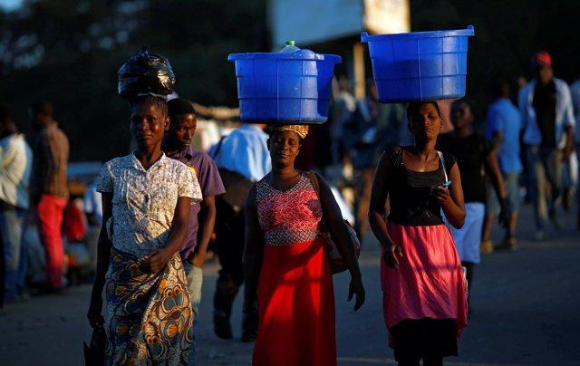 Mujeres con cubos llenos de comida en Malaui