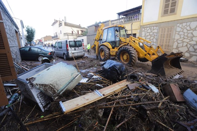 Tractor recogiendo desperfectos por las lluvias Sant Llorenç