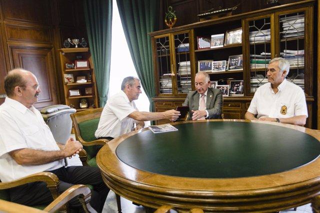Reunión entre Gabriel Amat y representantes de la hermandad.