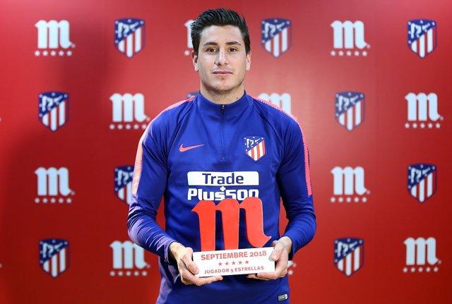 Giménez con su premio de mejor jugador del Atlético de septiembre