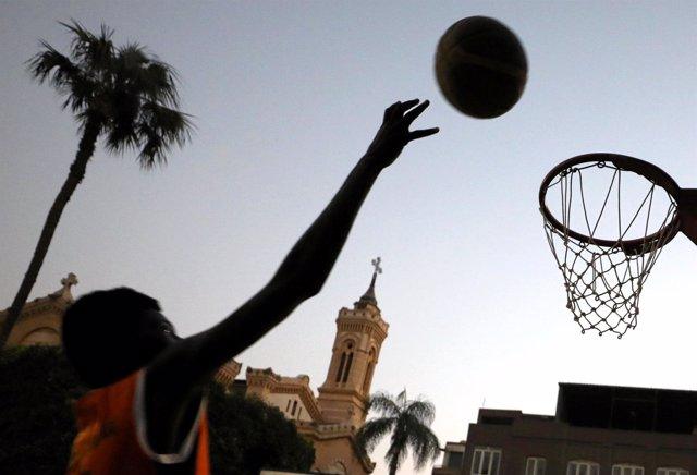 Refugiado sudanés en un partido de baloncesto con refugiados sursudaneses