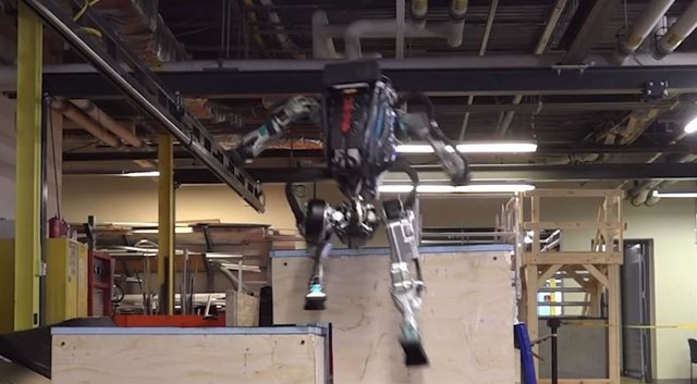 Atlas, robot de Boston Dynamics haciendo parkour
