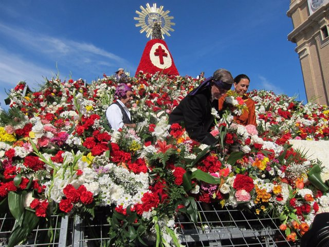 El alcalde de Zaragoza coloca unas flores en la Ofrenda a la Virgen del Pilar