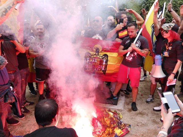 Manifestación ultra en Barcelona por la Hispanidad: quema de banderas esteladas