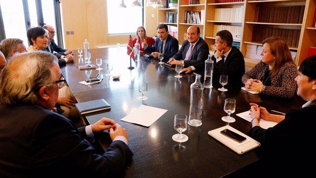 Foto de archivo de reunión Andoni Ortuzar con diputados y senadores de PNV