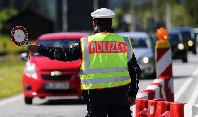 Policía en la frontera entre Alemania y Austria