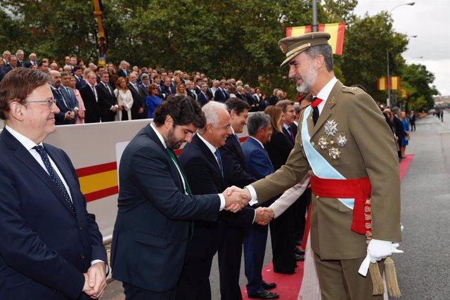 Fernando López Miras estrecha la mano de Su Majestad el Rey Felipe VI