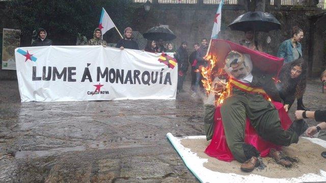 Galiza Nova quema un muñeco caricaturizado como el rey Felipe Vi