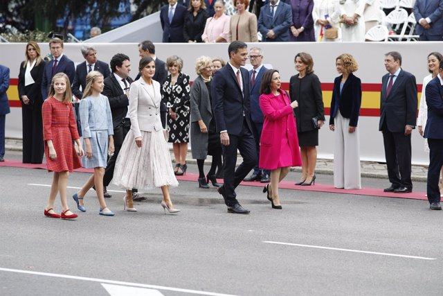 Sánchez, la reina Letizia, la infanta Sofía y la princesa Leonor en el Desfile d