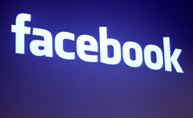 Logo de Facebook en la sede de la empresa en Palo Alto (EEUU)
