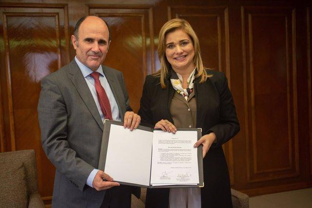 Manu Ayerdi y la alcaldesa de Chihuahua, María Eugenia Campos
