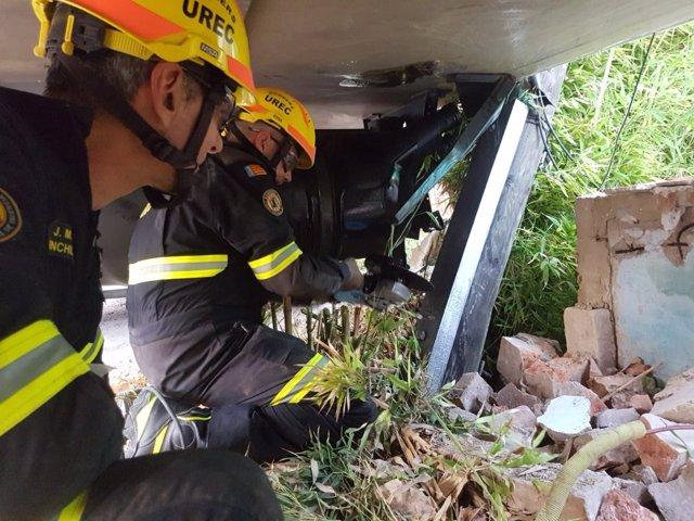 Los bomberos tiraron un muro para sacar el camión