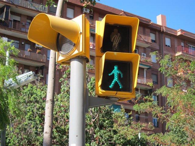 Semáforo de peatones en verde, peatón