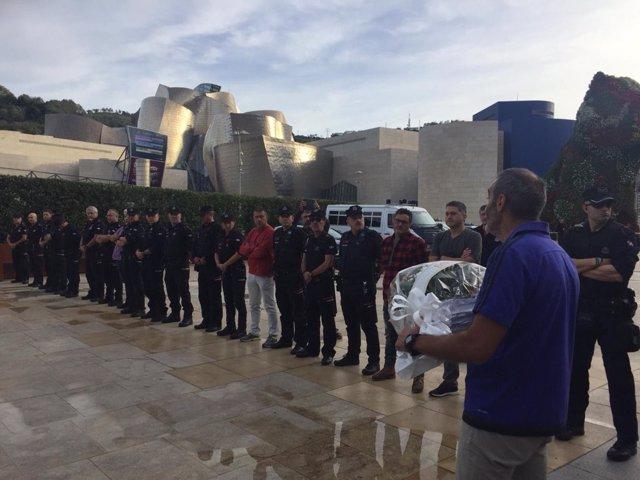 Homenaje a Txema Agirre en la explanada del Guggenheim