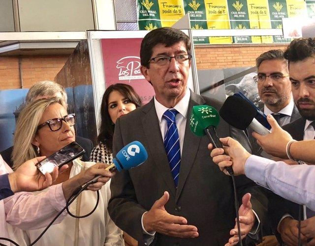 Juan Marín (Cs) atiende a los medios en Villanueva de Córdoba