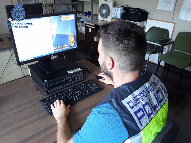Un policía investiga presuntos delitos informaticos
