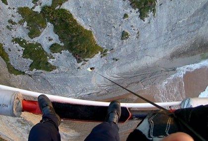 El helicóptero evacúa a un joven enriscado en un acantilado en Suances