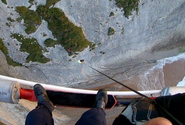 Rescate joven enriscado en acantilado en Suances