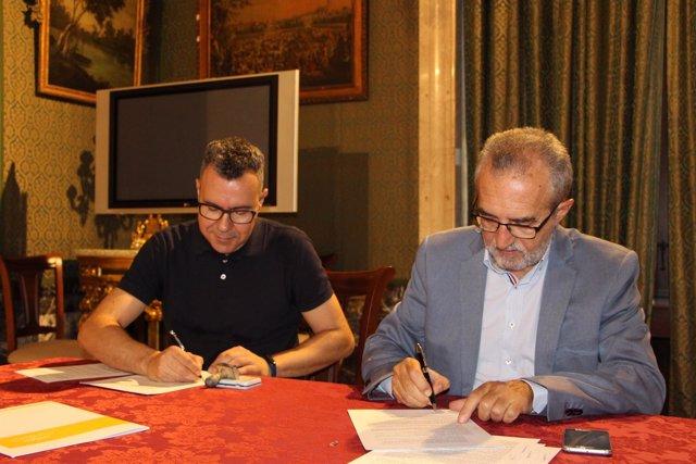 Firma del convenio entre el Ayuntamiento y Adhara