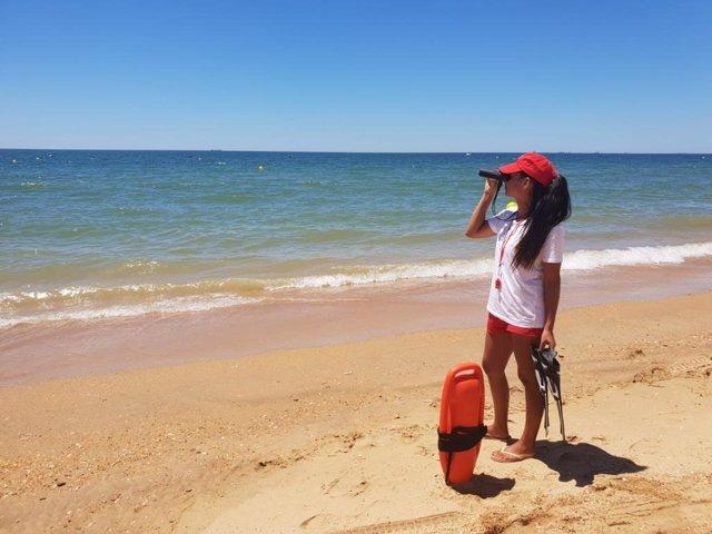 Personal de Cruz Roja en la playa