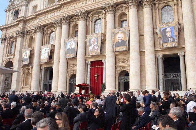 Foto de la plaza de San Pedro durante la canonización de Pablo VI y monseñor Rom