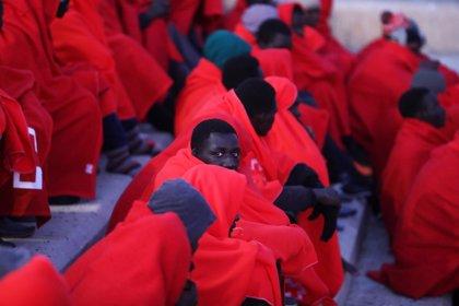 Trasladan a Almería a 44 personas, cuatro niños, que llegaron en patera a la Isla de Alborán