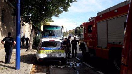 Rescatan ileso al conductor de un autobús que quedó encerrado en el compartimento de equipajes en Sevilla