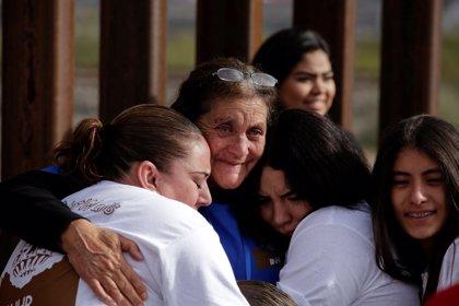 Familias divididas entre México y EEUU se abrazan tres minutos