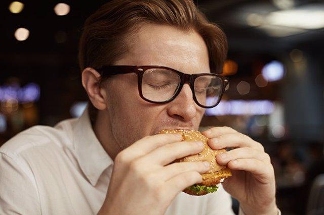 Comiendo hamburguesas, gafas